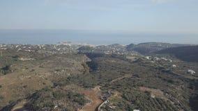 Medelhavs- landskap med den gröna kullen med olivträd Blått hav på horisonten crete greece rays den jordägande pågående nivån sun stock video
