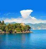 Medelhavs- liggande med den blåa skyen Royaltyfri Bild