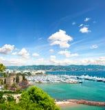 Medelhavs- liggande med den molniga blåa skyen Fotografering för Bildbyråer