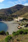 Medelhavs- liten vik med semesterbyn Arkivfoto