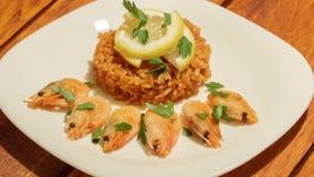 Medelhavs- maträtt av ris med räkor stock video