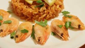Medelhavs- maträtt av ris med räkor lager videofilmer