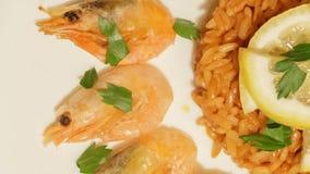 Medelhavs- maträtt av ris med räkor arkivfilmer