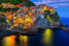 Medelhavs- by med hamnen på aftonen, Manarola, Cinque Terre, Italien arkivbilder