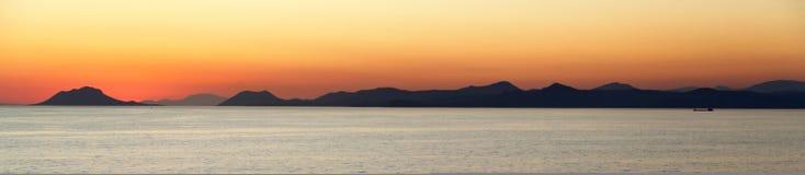 medelhavs- over solnedgång för öar Arkivfoto