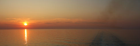 medelhavs- panorama- stilsolnedgång för kryssning Arkivfoto