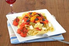 Medelhavs- pasta med rött vin Arkivfoton