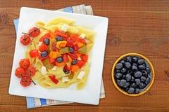 Medelhavs- pasta och svart oliv Royaltyfri Foto