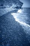 Medelhavs- Pebble Beach i Almeria i blåttsignal spain Royaltyfri Fotografi