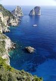 medelhavs- rocks för capri Arkivfoton