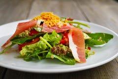 Medelhavs- sallad av prosciuttoen och grönsaker Royaltyfri Bild