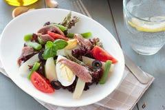 Medelhavs- sallad med ansjovisar och oliv Arkivbild