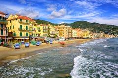 Medelhavs- sandstrand i Alassio vid San Remo på italienare Rivie Arkivbilder