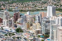 Medelhavs- semesterort Calpe, Spanien med lagunLas Salinas och hotellbyggnader Arkivfoto