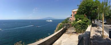 Medelhavs- sikt av Sorrento, Italien Arkivfoton