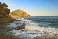 medelhavs- sjösida för afton Royaltyfri Foto
