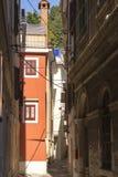 Medelhavs- smal gata i en stad av Piran Royaltyfria Bilder