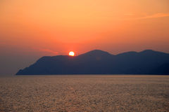 Medelhavs- solnedgång, Cinque Terre, Italien Arkivfoton
