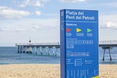 Medelhavs- strand i Badalona, för informationsplatja om tecken pe för pont royaltyfri foto