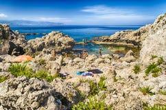 Medelhavs- strand i Milazzo, Sicilien Arkivfoton