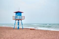 Medelhavs- strand med tappninglivräddaretornet Arkivbilder
