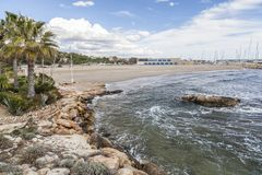 Medelhavs- strand, Roc San Gaieta, Roda de Bera, Costa Dorada, Royaltyfria Bilder