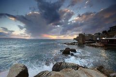 medelhavs- sundown för tunnlandstad Royaltyfria Foton