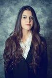 Medelhavs- ung kvinna med lång brun hai royaltyfri fotografi