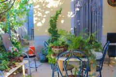 Medelhavs- uteplatsträdgårdhotell inget arkivbild