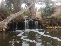 Medelhavs- vattenfall under bron royaltyfri bild