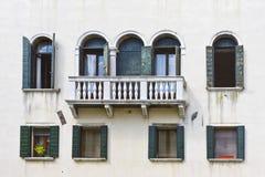 medelhavs- venetian för arkitekturbalkonger Arkivbild