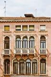 medelhavs- venetian för arkitekturbalkonger Royaltyfri Fotografi