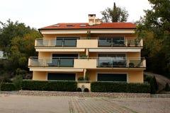Medelhavs- villa med fyra lägenheter Royaltyfria Foton