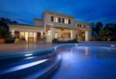 Medelhavs- villa med simbassängen royaltyfria foton