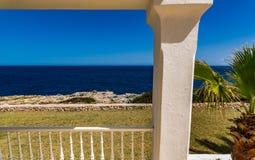 Medelhavs- villa på sjösidan Arkivfoto