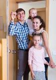 Medelklassfamilj i nytt hus arkivfoto