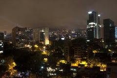 Medellin alla notte con gli edifici residenziali La Colombia 2017 Fotografia Stock