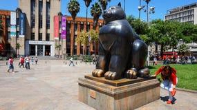 Medellin, Antioquia/Colombie - 10 novembre 2015 : Activité dans la plaza de Botero Sculpture Gato par Fernando Botero Image stock