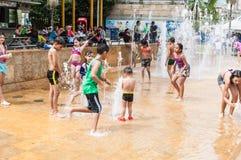 Medellin, antioquia/Park Kolumbiens am 6. Januar 2019 entspannende Kinder und Erwachsene Ditaires, die einen Tag der Sonne spiele lizenzfreie stockfotos