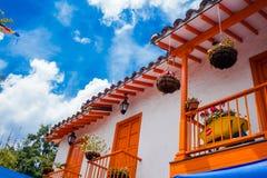 Medellin, Colômbia - 19 de dezembro de 2017: Abaixo da vista de algumas construções coloridas em Pueblito Paisa no monte de Nutib Fotografia de Stock