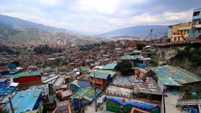 Medellin, Colômbia: uma vista da parte superior de escadas rolantes elétricas exteriores na vizinhança do ` de Comuna 13 do ` filme