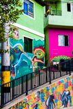 MEDELLIN COLOMBIA OKTOBER 22, 2017: Väggen täckte vid grafitti i gatorna av grannskapen för comuna 13 i Medellin Fotografering för Bildbyråer