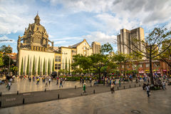 MEDELLIN, COLOMBIA - September 20 2013 - Plaatselijke bevolking die rond Medellin van de binnenstad in Colombia, Zuid-Amerika lop Royalty-vrije Stock Foto's