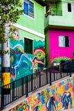 MEDELLIN, KOLUMBIA PAŹDZIERNIK 22, 2017: Ściana zakrywał graffiti w ulicach comuna 13 sąsiedztwo w Medellin Obraz Stock