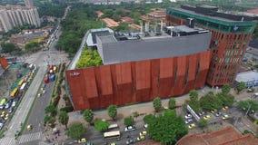 Medellin, Kolumbien - 7. Februar 2016: Vogelperspektive von Ruta n und von Pferdestärkengebäuden stock video