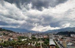 Medellin no vale Antioquia de Aburra, Colômbia Palmeiras, construções foto de stock royalty free