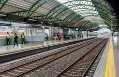 Medellin tunnelbanastation med järnvägen och folk, Colombia Arkivfoto