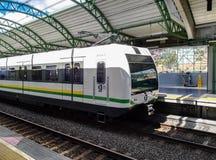 Medellinmetro trein bij één van de posten wordt tegengehouden die op passagiers wachten die royalty-vrije stock afbeeldingen