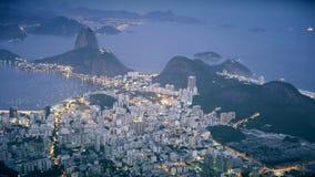Medelnattetidskott av det Botafogo och Sugarloaf berget i Rio de Janeiro lager videofilmer