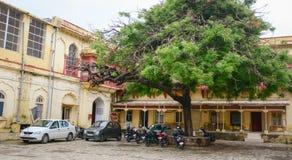 Medelparkering på gatan i Kolkata, Indien Arkivbild